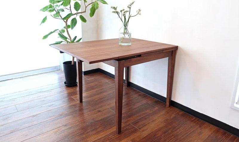 壁に付け、片側のみでも使用可能。 伸長式ダイニングテーブル