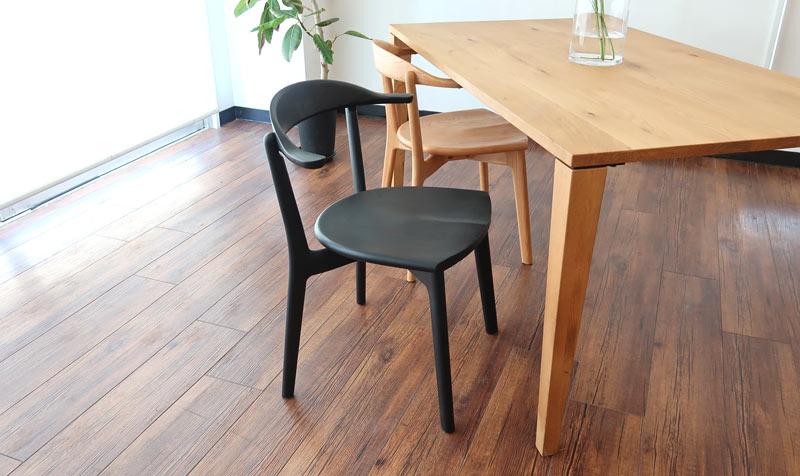 マスターウォールのテーブルに合わせてもオススメ。マスターウォールの椅子は価格が高くオススメしません。こちらの黒はモダンインテリアにもオススメ!アクセントとしてもオーク材のナチュラルとも相性がいいです。
